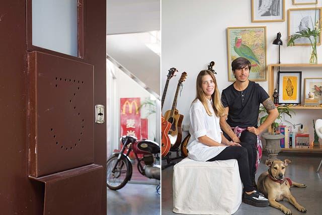 En el recibidor, moto antigua; en el patio, cartel que Germán pintó sobre chapa (Pino)