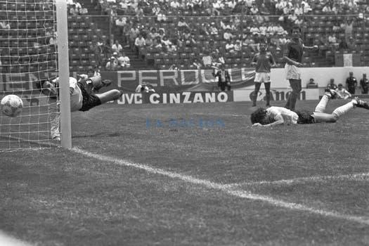 Centro de Ruggeri, cabezazo de Valdano y la pelota se va cerca. Foto: LA NACION