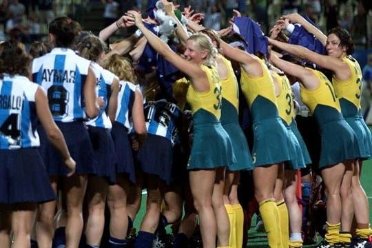 Las campeonas olímpicas le hacen un espontáneo ´´puente´´ a las gloriosas Leonas subcampeonas. Foto: AP