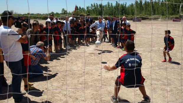 Macri jugó al fútbol con unos chicos en Mendoza