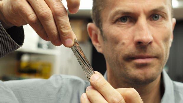 Mark Lantz, de IBM, muestra un prototipo de la cinta magnética de alta capacidad