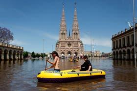 Frente a la basílica, navegan en un bote inflable; ayer ése fue el medio de transporte