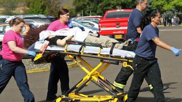 Las autoridades retiran a uno de los heridos durante el tiroteo