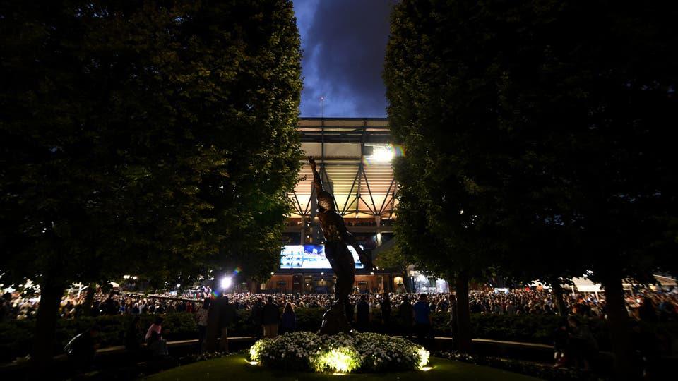 Multitudes de aficionados esperan para entrar en Arthur Ashe Stadium para los partidos de la sesión nocturna. Foto: USTA/Jennifer Pottheiser