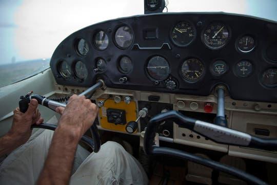 El avión en pleno vuelo sobre la costa. Foto: LA NACION / Sebastián Rodeiro