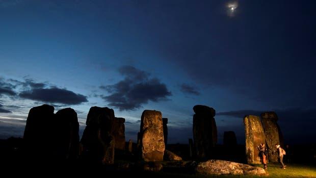 Stonehenge, los bloques de piedra de más de 5000 años de antigüedad a 130 kilómetros de Londres, que reciben un millón de visitantes por año
