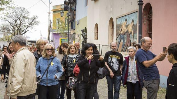 Un grupo de turistas extranjeros recorre Caminito, en La Boca