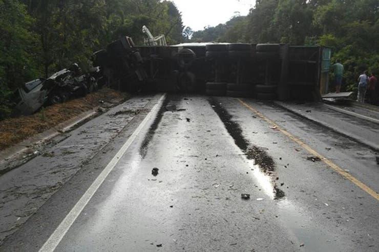 Accidente en Brasil: el conteiner sobre la ruta