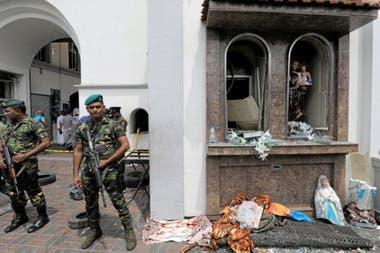 Fuerzas de seguridad en la afueras del santuario de San Antonio (en el área de Kochchikade, Colombo), donde tuvo lugar una de las 8 explosiones