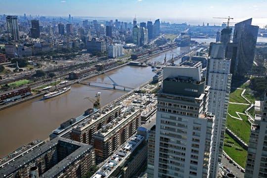 Buenos Aires se ubica en el puesto 15 entre las ciudades con mayor cantidad de edificios de altura; un recorrido por algunos de ellos. Foto: LA NACION / Alejandro Querol