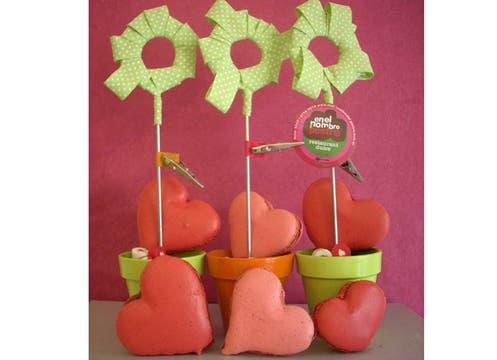 En el nombre del Postre ofrece un box dulce con macarons rojos rellenos en forma de corazón, rodeados de mini bombones de chocolate rellenos blanco y negro ($ 80 la docena, en Soler 5547). Foto: lanacion.com