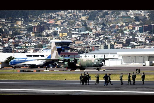 Momento en que miembros de las Fuerzas Militares ecuatorianas toman las instalaciones del aeropuerto Mariscal Sucre en Quito. Foto: EFE