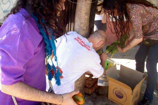 Freeganos recuperando verduras. Foto: Gentileza Analía Cincotta