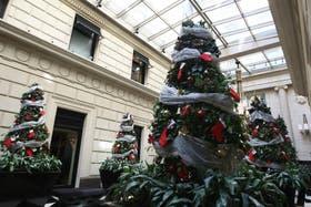 La compras navideñas siempre son un gasto extra que logra superarnos, aprovechar las ofertas en una buena opción para llenar el arbolito gastando poco y comprando bien