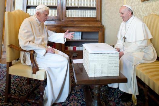 Francisco y Benedicto XVI mantuvieron una reunión en privado y luego almorzaron con colaboradores. Foto: AP / L Osservatore Romano