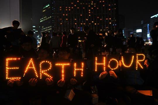 Miles de surcoreanos se sumaron a la Hora del Planeta. Foto: AFP