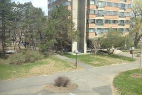 El exterior de la zona de residencias de estudiantes de posgrado en MIT luce desierta