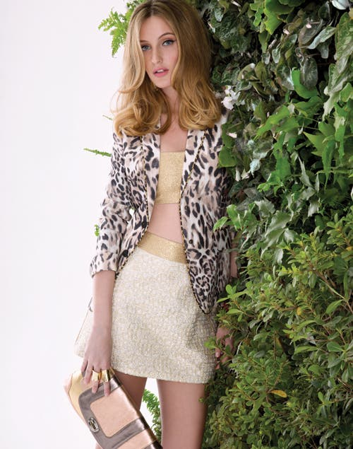 Top + blazer: blazer de lino ($2750, Jazmin Chebar). Top de lame y falda con cintura de lame y brocato dorado ($300 y $590, vevu).