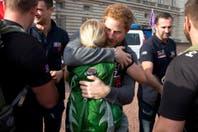 El príncipe Harry, emocionado durante su encuentro con una soldado