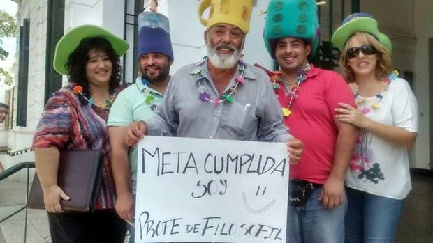 Luis Alberto García junto a su familia tras recibirse