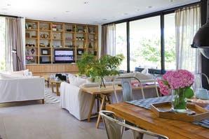 Una casa decorada con materiales nobles y contrastes suaves