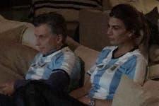 """Con la camiseta argentina, Macri siguió la final por TV y lanzó un """"otra vez"""" por Higuaín"""
