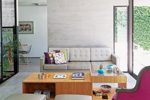 Una casa con base de hormigón y detalles de color