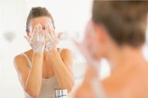 3 errores en tu rutina de limpieza facial que pueden atentar contra un buen resultado