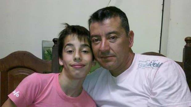 Fausto, víctima del juego La Ballena Azul, junto a su papá