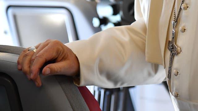 El Papa Francisco durante el vuelo a Colombia, hablando con periodistas. Foto: AFP / Alberto Pizzoli