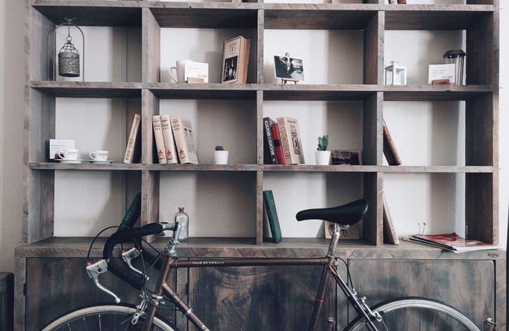 Esta biblioteca revivió con una capa de barniz