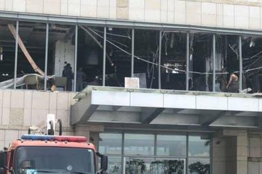 El restaurante localizado en el segundo piso del hotel Shangri-La quedó destrozado por una de las bombas
