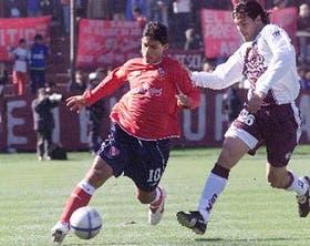Agüero, la figura y el más desequilibrante de Independiente, escapa de la marca de Romero