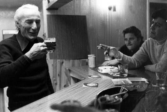 Los periodistas argentinos charlan con lugareños en el bar del hotel Upland Goose, en Puerto Argentino. Foto: Gentileza Diego Pérez Andrade