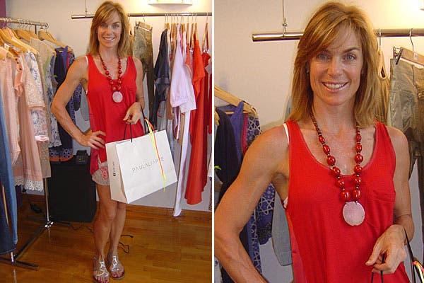 Paula Trápani, con un look ideal para este verano, con short estampado, musculosa roja y sandalias plateadas, visitó el local de la diseñadora Paula Liarte. Foto: gentileza Tip Comunicación