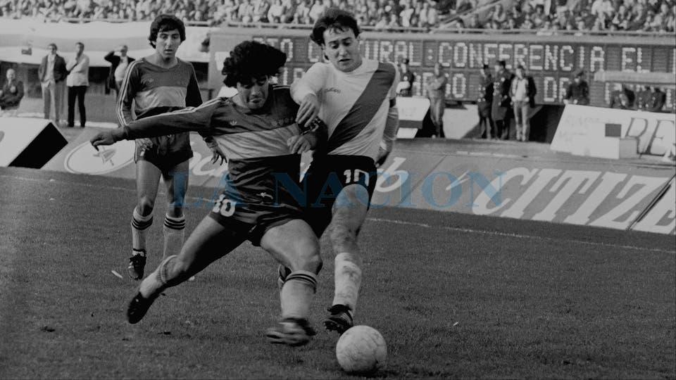 5-7-1981: duelo de ídolos y números 10, con el Beto Alonso.. Foto: LA NACION