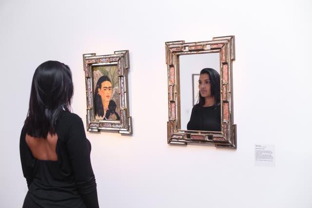 En el Malba, frente a la obra de Kahlo