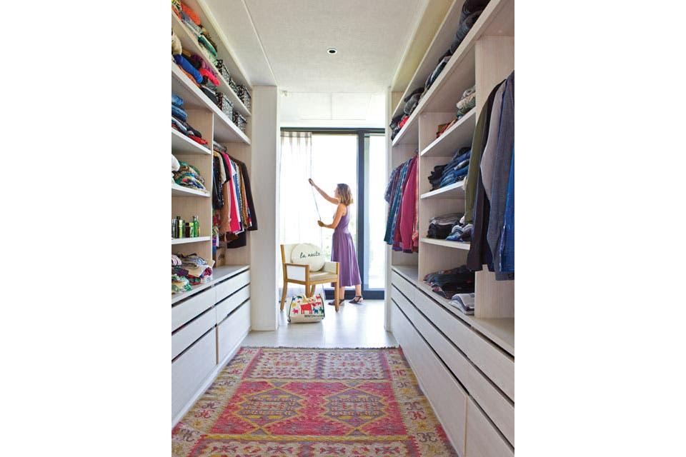 En el centro, alfombra turca (Mihran). Junto a la ventana con cortinas de lino, butaca (Eugenio Aguirre) con almohadón redondo 'La Nuite' ($500, Divain).  /Santiago Ciuffo