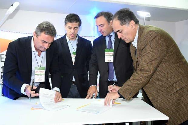 David Líbano (secretario Aacrea), Alberto Marina (director de Exponenciar), Francisco Lugano (presidente Aacrea) y Rodrigo Ramírez (gerente general de Exponenciar)
