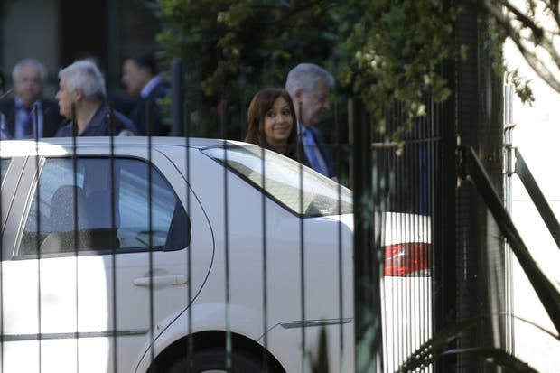 Cristina al llegar a Comodoro Py, donde le entregó un escrito al juez Ercolini