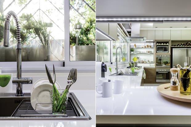 Un gran mueble con pasaplatos (Gutman+Lehrer en colaboración con el arquitecto Juan Caram) separa la cocina del comedor diario, donde funciona como biblioteca y lugar de exhibición y guardado. Se hizo utilizando laca y melamina (Masisa).  /Santiago Ciuffo