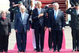 El presidente de EE.UU., Barack Obama, con Benjamin Netanyahu y Shimon Peres, en el aeropuerto de Ben Gurion, en Tel Aviv, Israel