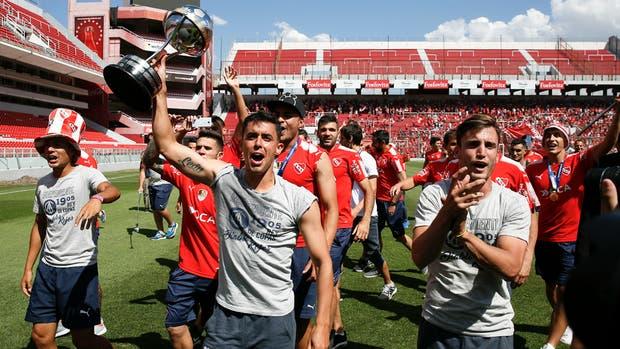 Los jugadores de Independiente y el festejo en su cancha