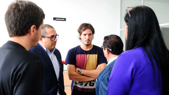 El abogado asesor, Osiris Sánchez, dialoga con Marcos Menegazzo, hermano de Marina, la turista mendocina asesinada en Ecuador, en la morgue judicial donde se lleva a cabo el reconocimiento de los cadáveres