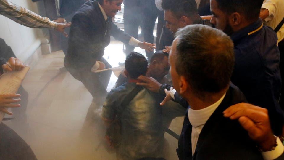 Gente ataca a un simpatizante del Gobierno luego de entrar a la fuerzaa la sede del la Asamblea Nacional. Foto: Reuters / Carlos Garcia Rawlins