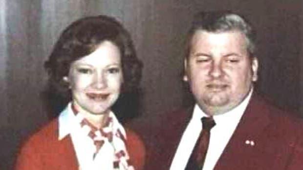 Gacy con la Primera Dama Rosalynn Carter el 6 de mayo de 1978. Seis años después de que comenzaron los asesinatos y siete meses antes de su arresto final