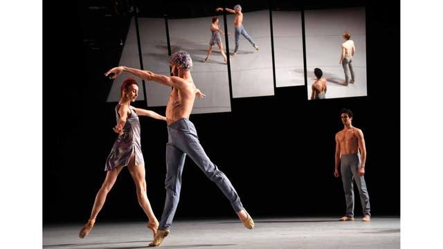 """Los bailarines Celine Cassone (I) , James Whiteside (C) y Alexandre Hammoud (D) ensayan el programa """"Intensio"""", de Daniil Simkin, en el Joyce Theater, Nueva York."""