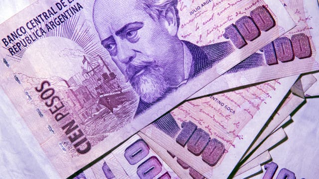 El dólar cayó dos centavos a $ 17,46