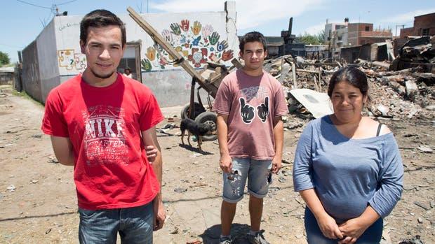 Fernando, Miguel y Carolina viven en la Villa Itatí y estudian en la universidad