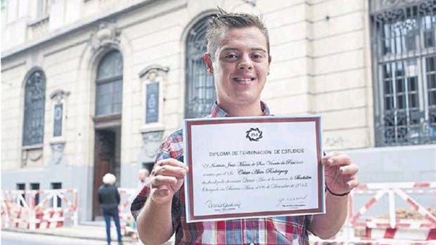 Alan Rodríguez recibió su título secundario después de tres años de finalizar sus estudios